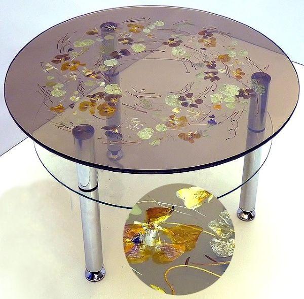 Столик, декорированный сухими цветами и травами.