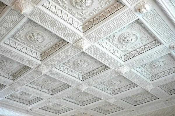 Оформление потолка лепниной из полиуретана