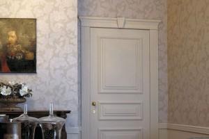 Так выглядит дверь, обрамлённая молдингом из полиуретана