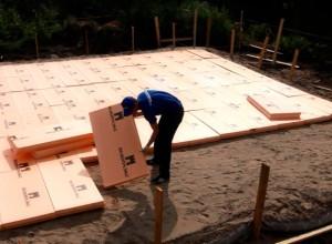 Процесс установки плит пеноплекса на фундамент