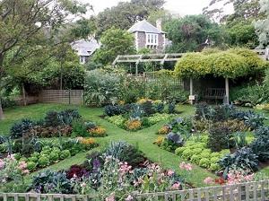 Оформление садового участка клумбами треугольной формы