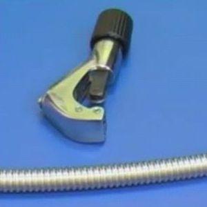 Чтобы отрезать лишние гофры, можно применять труборез или обойтись простой шлифовальной машинкой