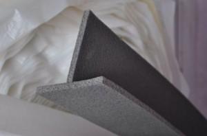 В помещениях с большей площадью необходимо предусмотреть дополнительные швы. Используется демпферная лента, которая, помимо компенсации расширения стяжки создает дополнительную теплоизоляцию за счет фольги