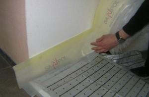 Для компенсации теплового расширения используют демпферную ленту, которую клеят по всему периметру помещения