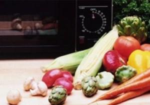 Если морковь готовится в кожуре, ее нужно проколоть в нескольких местах ножом, чтобы пару было куда выходить