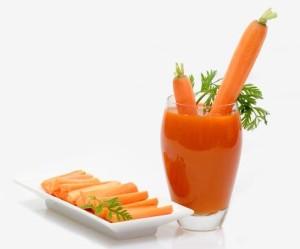 Самым полезным считается свежевыжатый сок в течение первых 15 минут после его приготовления