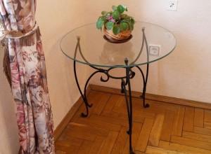 Столик из кованого металла со стеклянной столешницей