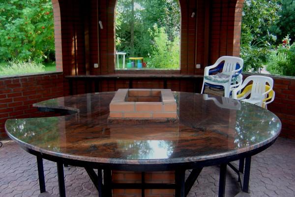 Металлический стол со столешницей из камня - прекрасное решение для улицы