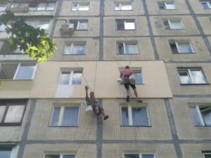 Для проведения звукоизоляционных мероприятий снаружи здания могут потребоваться услуги промышленных альпинистов