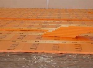 На бетонную стяжку пеноплекс укладывается после гидроизоляции полиэтиленом или рубероидом