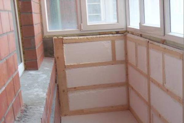 При самостоятельном утеплении лоджии изнутри отделочный материал можно наносить «мокрым» и «сухим» способами