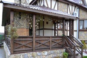 Крыльцо патио представляет собой террасу, вход на которую организован со двора по ступенькам