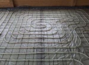 На теплоизоляционном слое размещяется арматурная сетка