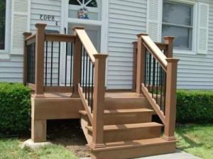 Если крыльцо установить на выносных опорах или на столбчатом фундаменте, то образовавшееся под ним пространство можно закрыть декоративными панелями и использовать для хранения садовых мелочей