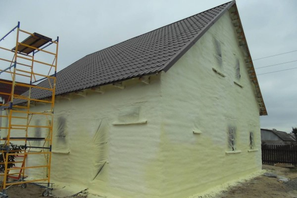 Облицовка методом напыления при последующей покраске будет смотреться под лепнину фасада