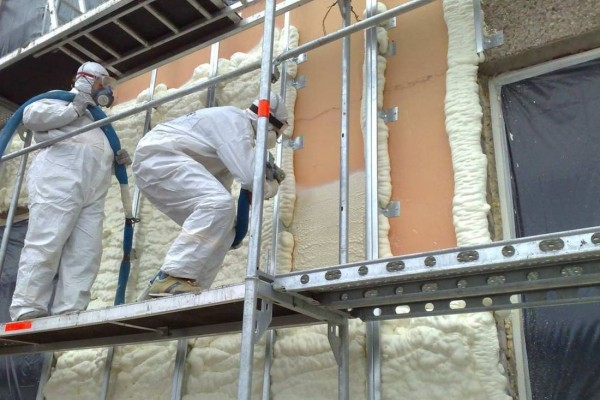 Процесс утепления фасада здания пенополиуретаном