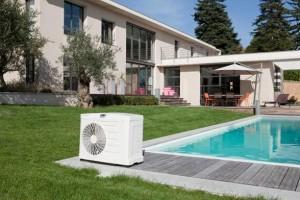 Пример расположения теплового насоса на открытом бассейне, где коммуникации проложены под землей