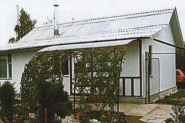 Полуарочный навес возле дома