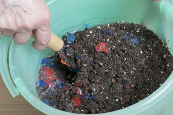 Для уменьшения частоты полива можно добавить в грунт для петуний предварительно замоченные гранулы гидрогеля