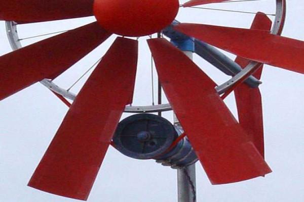 Для наших широт, со слабыми и средними ветрами, лучше подойдут пяти- и шестилопастные ветряки, что позволит им улавливать слабый поток ветра и поддерживать стабильную работу двигателя