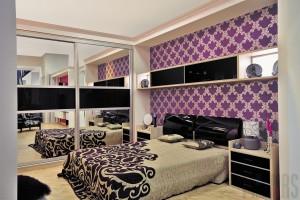 Изголовье этой кровати отлично гармонирует с контрастными вставками мебели