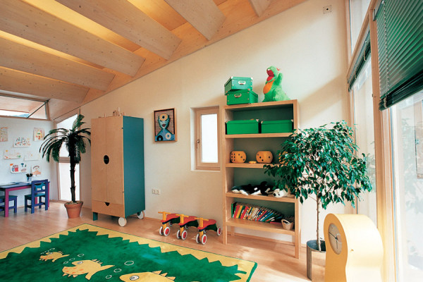 Дизайн детской комнаты с балками из дерева на потолке