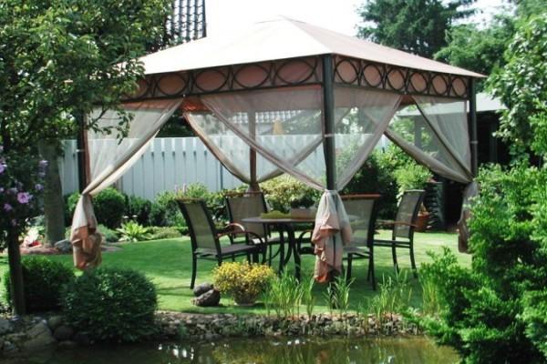 Переносной шатер можно расположить на газоне или возле водоёма