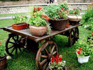 Садовая тачка в ландшафтном дизайне