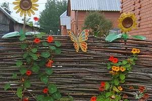 Делаем плетеный забор на даче своими руками