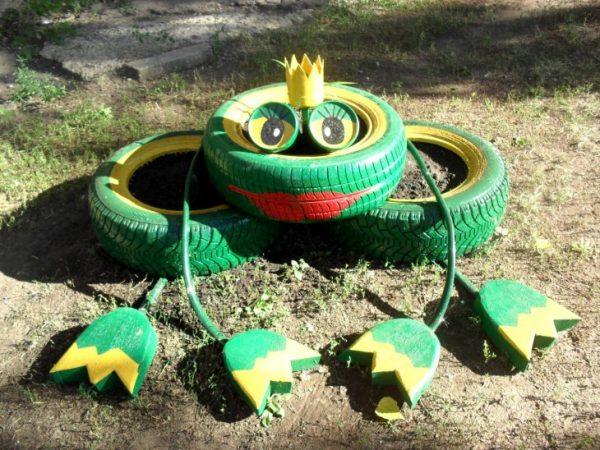 Милая лягушка из автопокрышек