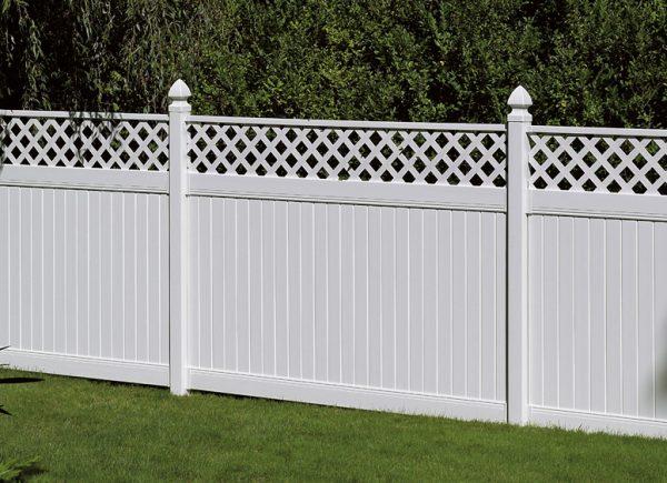 Белый забор с резным верхом