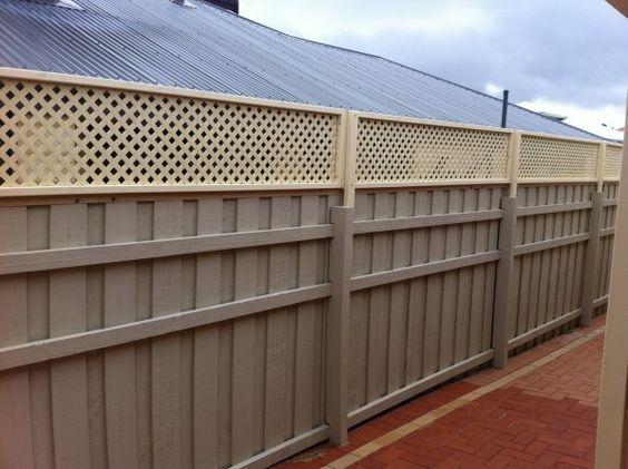 Пластиковый забор коричневого цвета