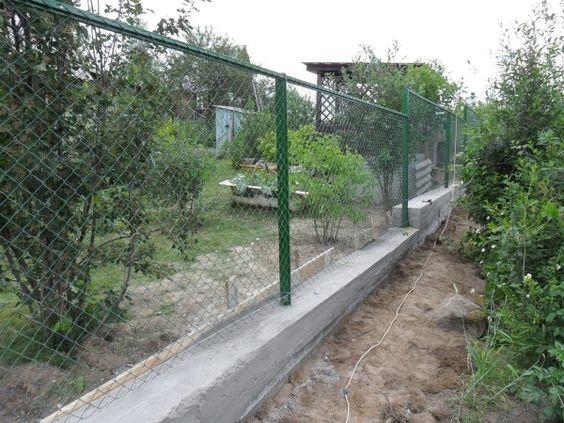Забор на даче из сетки