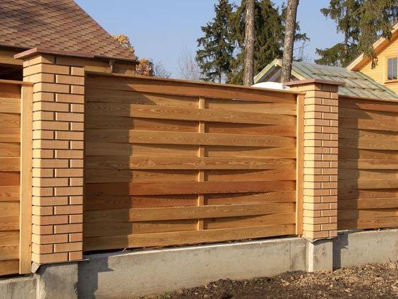 Интересный забор с кирпичными столбами