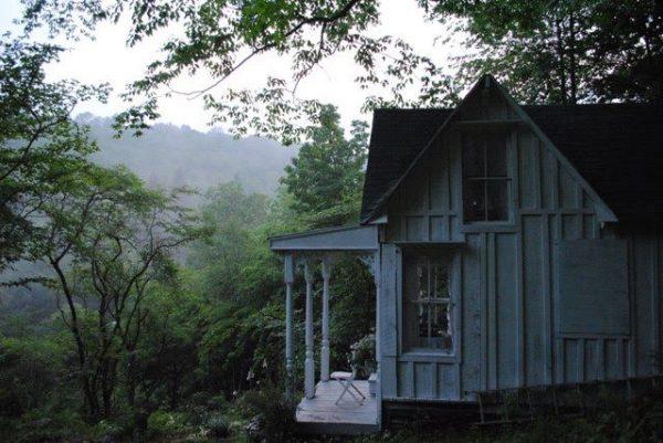 Маленький домик на фоне неба