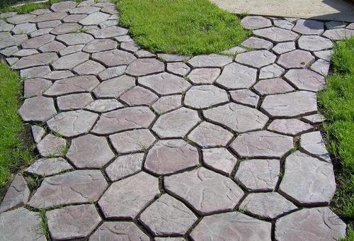 Дорожка из кусочков бетонных плит