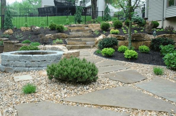 Каменные плиты в дизайне участка