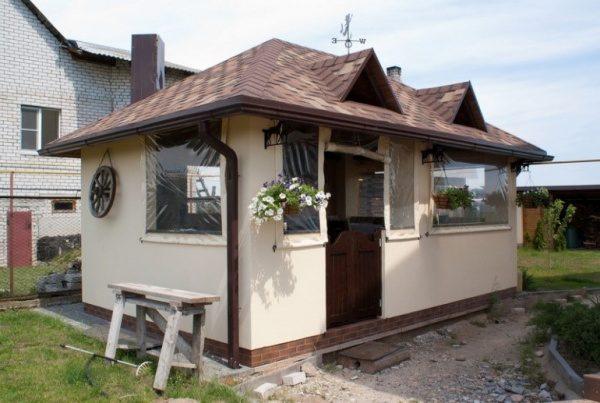 Уютная небольшая летняя кухня