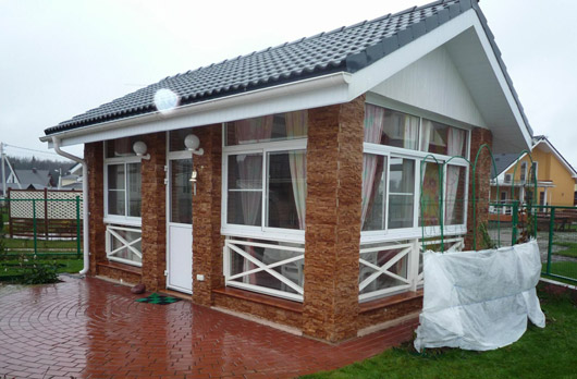 Летняя кухня с большими окнами