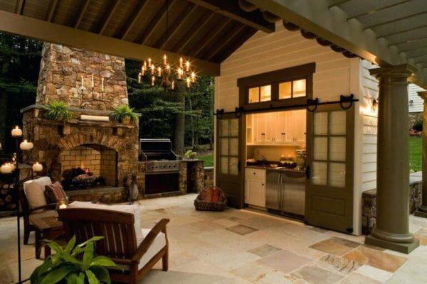 Романтичная обстановка на открытой летней кухне