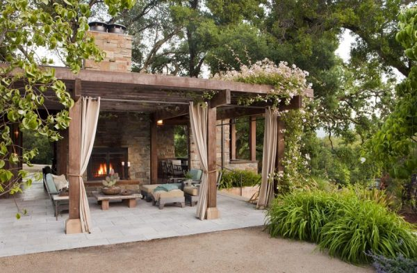Уютная зона отдыха на летней кухне