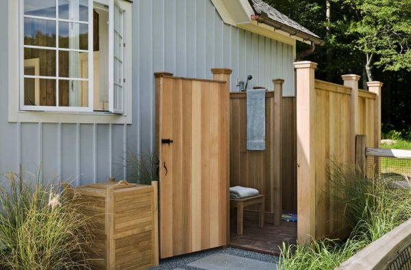 Деревянный летний душ с двумя кабинками