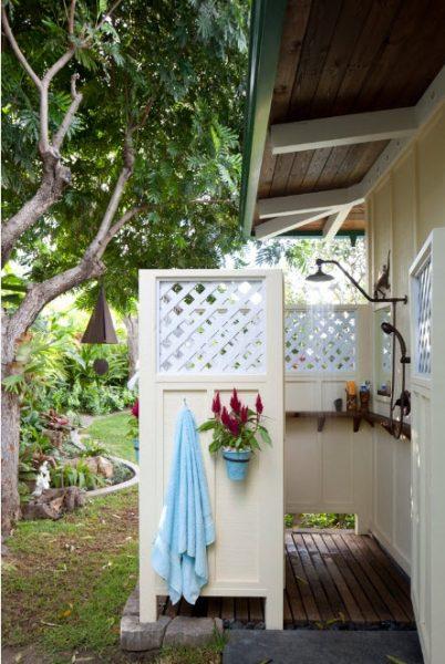 Белый летний душ с интересными стенами