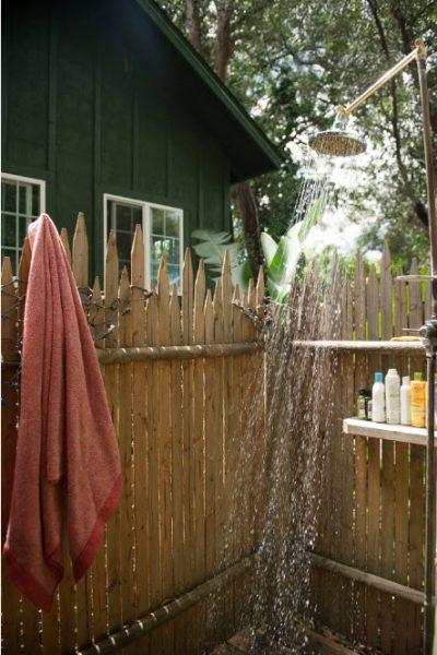Летний душ с острыми стенами