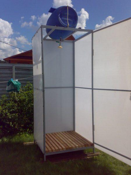 Закрытый летний душ с бачком