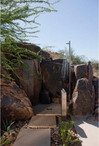 Летний душ среди камней