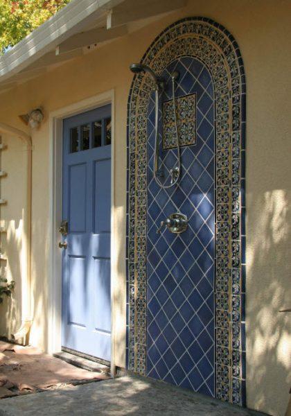 Летний душ сочетается по цвету с дверью дома