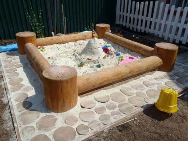 Песочница из бревен