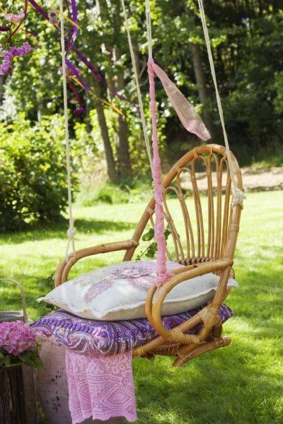 Плетеные качели с подушками