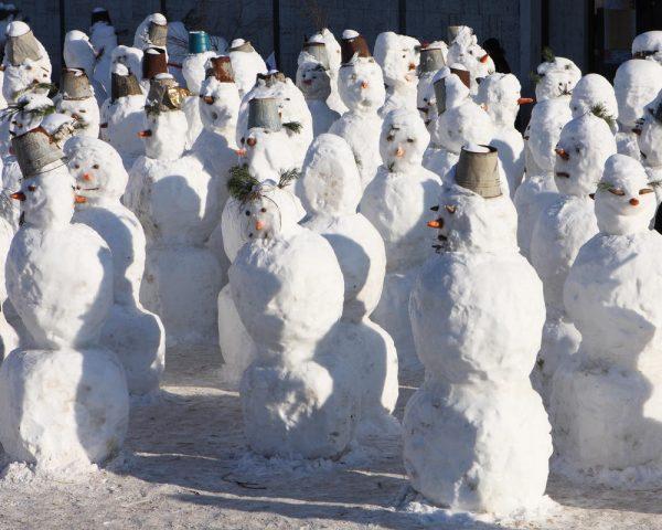 Очень-очень много снеговиков